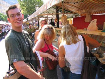 Des étudiants explorant le marché, Nice