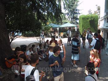 Le patio de l'école d'été pendant la pause