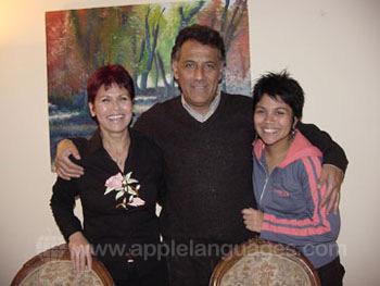 Une famille d'accueil avec leur fille