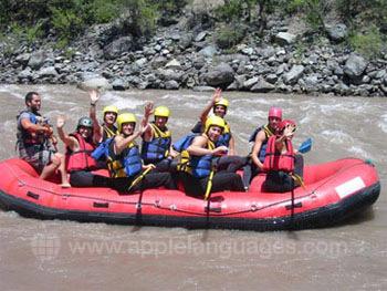 Des étudiants faisant du rafting en eaux vives !