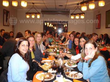 Des étudiants et des professeurs mangeant au restaurant
