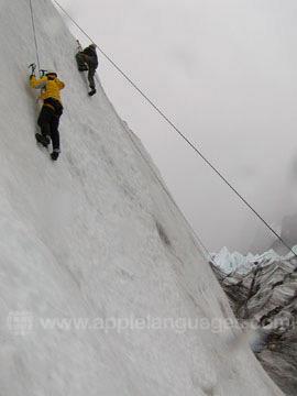 Des étudiants apprenant à faire de l'escalade sur glace