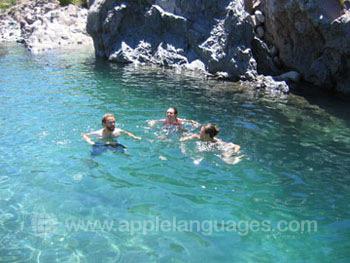 Se rafraîchir dans une piscine de montagne