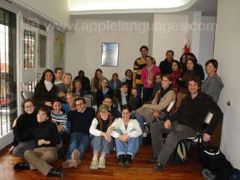 Des étudiants dans la salle commune de l'école
