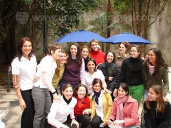 Des étudiants dans le patio de l'école