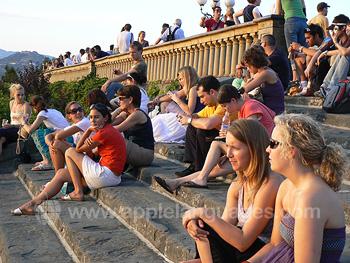Des étudiants qui regardent le coucher de soleil