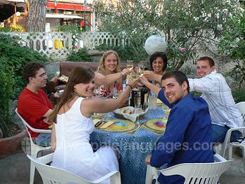 Des étudiants de l'école profitant d'un dîner ensemble