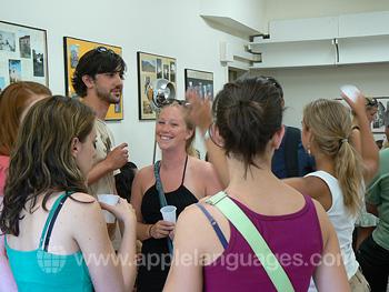 Les étudiants font connaissance avec leurs nouveaux amis pendant le cocktail