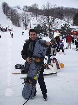 Un étudiant faisant du snowboard