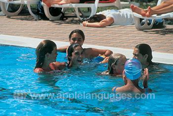 S'amuser dans la piscine de l'école
