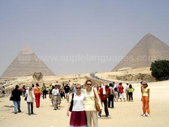 Des étudiants devant les pyramides