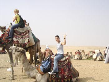 Une étudiante sur un chameau