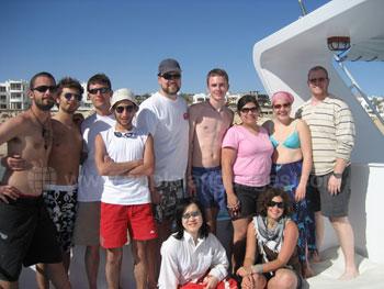 Des étudiants pendant une excursion à bateau