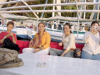Des étudiants se relaxant sur le bateau