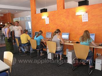 Des étudiants dans le cybercafé