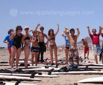 Des étudiants en cours de surf