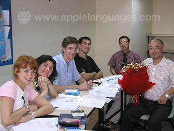 Un professeur et ses étudiants dans notre école