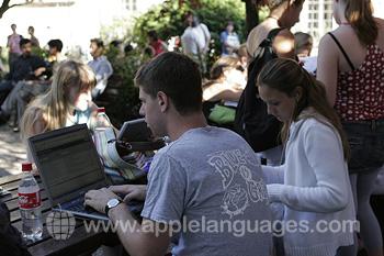 Des étudiants utilisant le wifi pendant la pause
