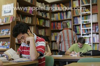 Des étudiants dans la bibliothèque de l'école