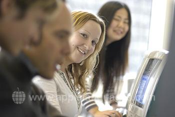 Des étudiants dans le cybercafé de l'école