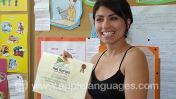 Une étudiante avec son certificat