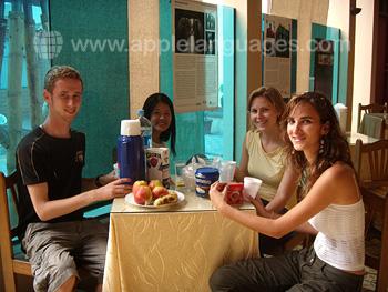 Des étudiants dans la cafétéria de l'école