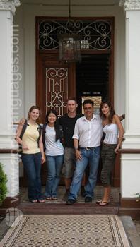 Des étudiants dans l'entrée de l'école