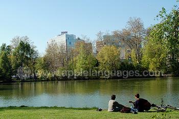 Des étudiants se relaxant près du fleuve