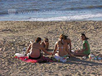 Des étudiants se relaxant sur la plage