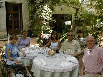 Un groupe Club 50 pendant le déjeuner