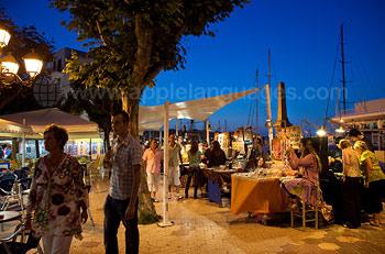 La place du marché de nuit