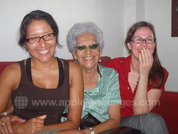 Des étudiants avec leur mère d'accueil cubaine
