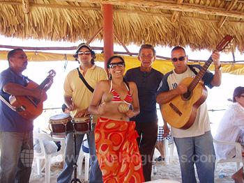 Des musiciens à la plage