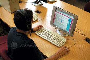 Un étudiant dans la salle informatique