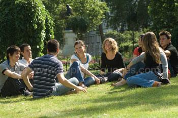 Des étudiants se relaxant dans le parc