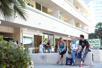 Des étudiants devant leur logement
