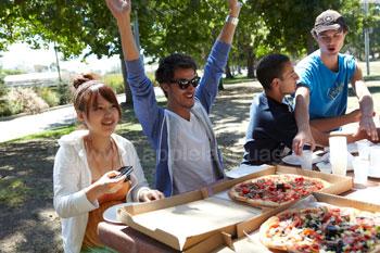 Manger de la pizza dans le parc
