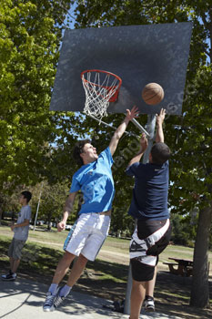 Des étudiants jouant au basket-ball