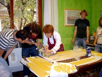 Faire des pâtes pendant le cours de cuisine italienne