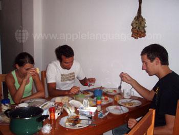 Des étudiants en train de dîner dans un appartement en colocation