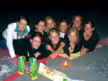 Des étudiants sur la plage la nuit
