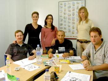 Des étudiants avec leur professeure