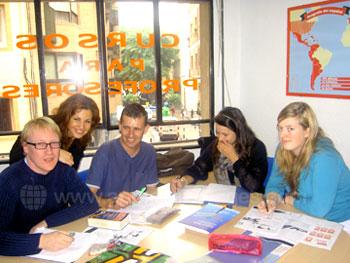 Une classe avec sa professeure