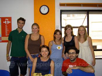 Des étudiants avec leur professeur