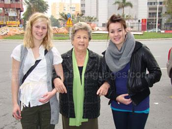 Des étudiants avec leur mère d'accueil