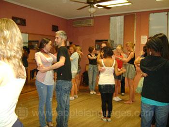 Des étudiants apprenant à danser