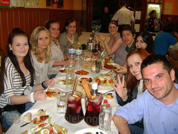 Des étudiants profitant d'un repas ensemble