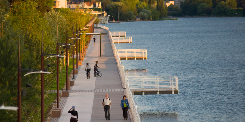 Promenade au bord de l'eau à Vichy