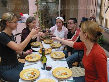 Des étudiants préparant un repas ensemble