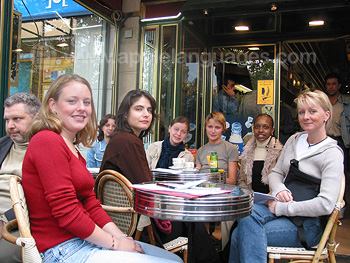 Des étudiants dans un café près de l'école